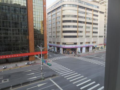 2日目の朝です。<br />今日も晴れてくれました。<br /><br />ホテルから見えるところに「阜杭豆漿」があります。<br />この日は日曜日、時刻は6:30、すでに外にまで行列ができています。