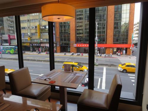 朝食会場へ。<br />窓際の席に案内していただきました。<br />まあ部屋から見える景色とほぼ同じですがw