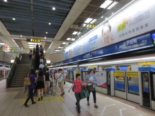 九份行のバスに乗るため、MRTで忠孝復興駅へ。
