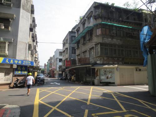 で、結局間違いに気づいて余計にあるく羽目に。<br /><br />が、この街歩きが思いのほか良くて、都会に点在するお店で地元の人が朝食を取っていたりして、台北の朝を感じながらのお散歩になりました。<br />