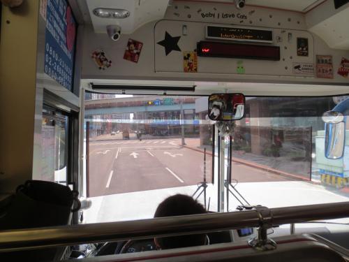 乗客はほとんどいなくて、せっかくならばと1列目をチョイス。<br />「博愛座」となっていましたので、高齢の方などが乗って来られたら替わろうと思っていましたが、結局最後まで空いていました。<br /><br />このバスがビュンビュン飛ばす。都バスじゃないけど飛ばす。<br />クラクションも鳴らしまくってました。<br />これには母も大喜び。<br />「ジェットコースターみたいやったわ~」と帰国後も父に興奮して話しておりました。