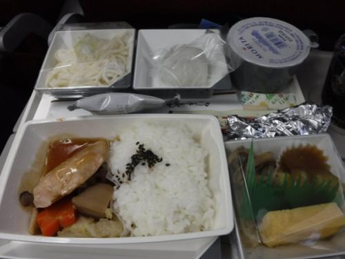 マレーシア航空の機内食。<br />こちらはチキンですが、結構おいしいですね。