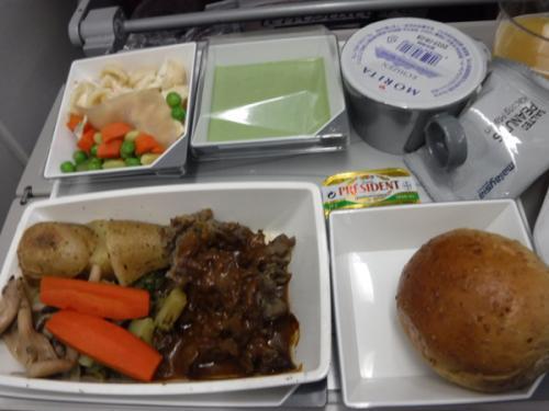 こちらはビーフだったかな。相方の機内食です。