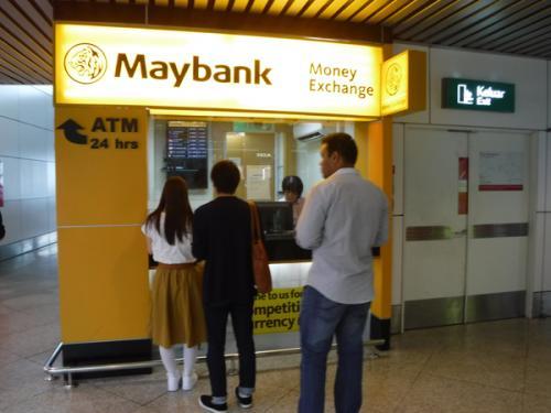 MayBankで日本円を両替します。<br />コタキナバルに到着してからでも良いのですが、現地着が9時過ぎとなるので締まっている可能性があります。<br />空港からのタクシーは現地通貨RMしかないので両替できるときにやりましょう。