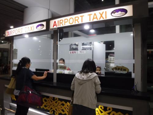 今回は飛行機とホテルのみの予約なので移動は自分でしなければならない。<br />事前にるるぶで調べておいたエアポートタクシーを使う。ここは24時間空いているらしい。<br />窓口でホテル名を告げるとタクシーチケットをくれて外のタクシー乗り場へ行けとのこと。75RMだったかな?