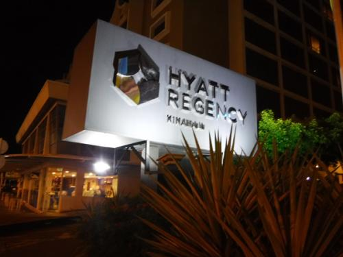 ボルネオ島コタキナバル市内のハイアットリージェンシーに無事到着しました。<br />ロストバケージの対応とかで22時過ぎていましたがホテルに到着するとホッとするものです。<br />ホテルに入り名前を言いパスポートを見せるとすぐに対応してくれました。