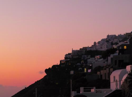 ☆Greece-Santorini-Imerovigli★<br /><br />「イメロヴィグリ」<br />飯食べながら最高の夕暮れ。<br />ちょっと肌寒いけど。。