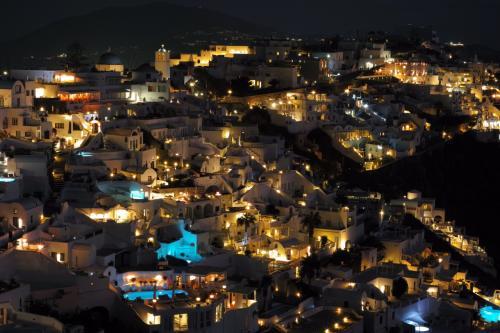 ☆Greece-Santorini-Imerovigli★<br /><br />「イメロヴィグリ」<br />そして日が沈むと、この美しい夜景ぶり!<br />後々、フィラの人もイアの人もイメロヴィグリいいって褒めてたけど、地元の人にとってもええとこなんやな。