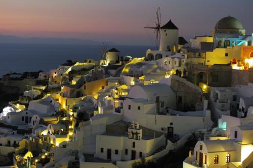 ☆Greece-Santorini-Oia★<br /><br />「イア」<br />夕日が沈むと人々は帰り始めるんやけど、これで帰るなんてとんでもない!!その後のマジックアワーと夜景を楽しんで欲しい。