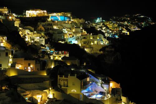 ☆Greece-Santorini-Oia★<br /><br />「イア」<br />ひと通り夕日鑑賞を楽しんだ後、夜景を見に出かける。夜もこの日は穏やかで全く寒くはなかった。