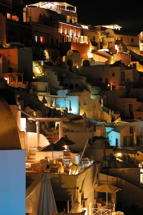 ☆Greece-Santorini-Oia★<br /><br />「イア」<br />オフシーズンなので、まだ8時頃やけどレストランも落ち着いている。代わりに暖かい日中とサンセット見ながらの時間帯が賑わってた。夏場は日が長いのもあって遅くまで賑わうようやけど。