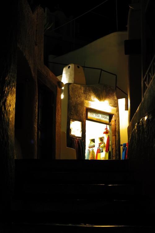 ☆Greece-Santorini-Oia★<br /><br />「イア」<br />とはいえ、夜は9時頃まではメイン通りで買い物を楽しむ人はけっこう多くて、ぶらぶらしていても全く危険な感じはない。撮影スポットも人は少なく、昼間よりも落ち着いて撮影することができる。昼間に見つけておいたスポットをサクッとまわってみるのがいいかもしれない。