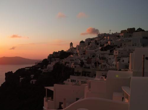 ☆Greece-Santorini-Imerovigli★<br /><br />「イメロヴィグリ」<br />こちらはイメロヴィグリの夕焼け。<br />左は「Skaros rock」