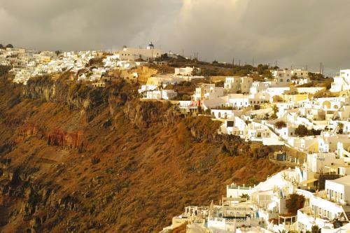 ☆Greece-Santorini★<br /><br />「Firostefani」<br />しばらく歩くと早くも夕暮れ。<br />この時期は夕暮れが早い。<br />この辺りはイメロヴィグリとフィラの間の街、フィロステファニー。