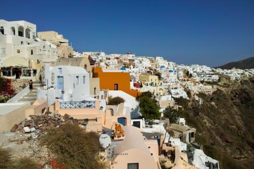 ☆Greece-Santorini-Oia★<br /><br />「イア」<br />この日の宿泊は「Evilio houses」<br />イアキャッスルの入口付近にある立地最高のビラ。<br />とりあえずイアキャッスル目指して行けばいいんやけど、自信ない場合は、事前に頼めばバスターミナルまできてくれるんちゃうかな??真ん中左側の白い建物が宿泊したビラ「Evilio houses」