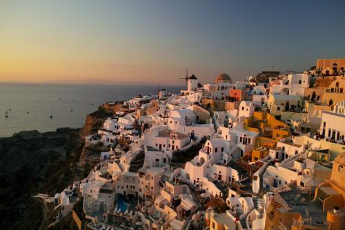 ☆Greece-Santorini-Oia★<br /><br />「イア」<br />ここ一番の天気が良く、絵葉書のような一枚が撮れた!場所によっては「Evilio houses」のwifiが繋がるのもグッド!ちなみに私はゴミ箱の側の石垣の上から撮りました。下は断崖絶壁なので注意が必要なのと、風向きによって、ロバか猫の小便の匂いがたまに臭いのが難点。けど、遮るものは何もなく、最高の時間が過ごせること間違いなし。