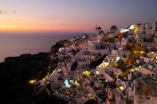 ☆Greece-Santorini-Oia★<br /><br />「イア」<br />皆で水平線に夕日が沈むのを見守る。この時間は何故か街が静寂に包まれる。太陽が地平線に沈んだ瞬間、街全体に感謝の拍手が沸き起こった。そして、拍手にびっくりしたのか、犬も感謝してるのか、街中の犬達が一斉に吠え始めた。<br />一連の流れはとても素晴らしい時間やった!