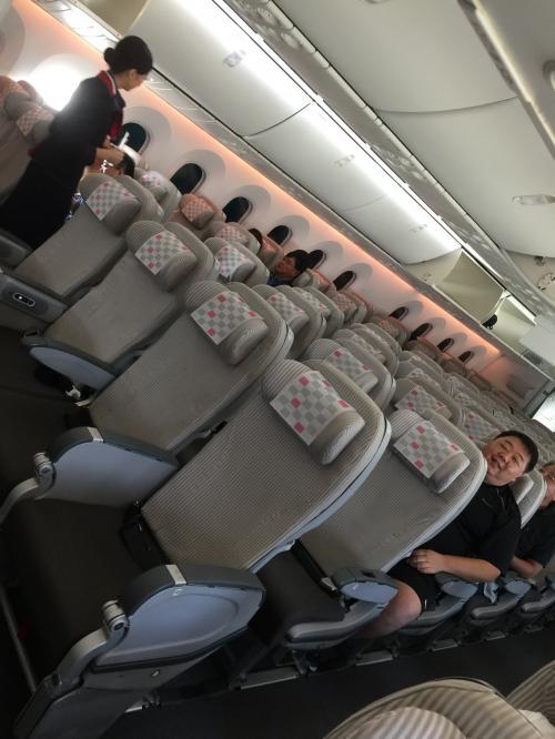 後方の席でしたが<br />2割程度しか乗ってない…<br />大丈夫か日本航空