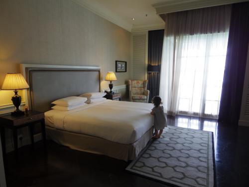 だって部屋こんなに広いし!キングサイズのベッドが小さく見える。