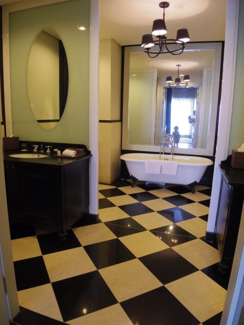 バスルームもこんなに広くてダブルシンク。