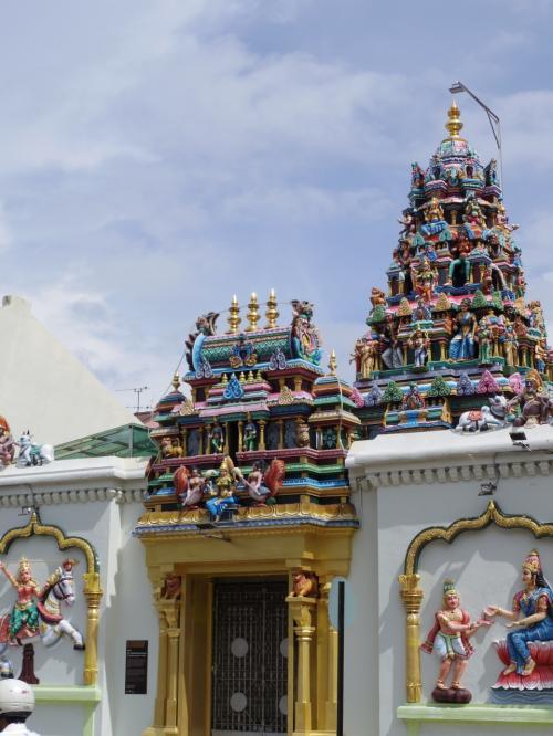 マハマリアマン寺院。同じ町に中華系寺院、モスク、ヒンドゥー寺院が混在している様子はシンガポールぽいなという印象を受ける。あと、コロニアル建築もあるしね。