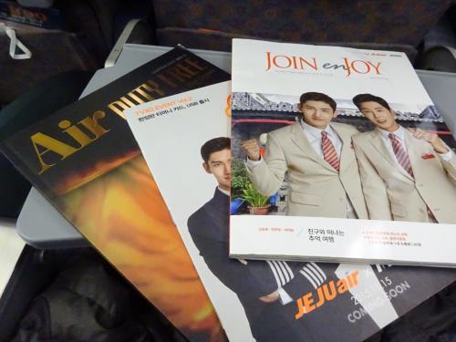 免税品のカタログなど、機内誌をめくってみました。<br />