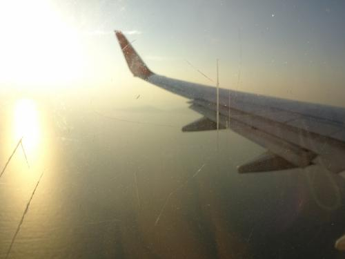 成田を定刻通り14:25に出発し、釜山には17:35に到着予定でしたが、1時間早く着きました。<br />一面の海、もうすぐ着陸です。<br /><br />