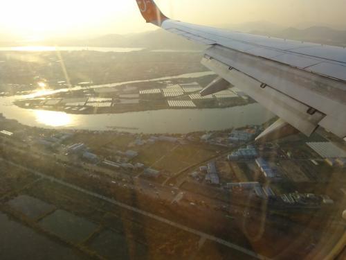 釜山の町が見えてきました。<br /><br />復路は11:25発、1時間40分ほどで成田に到着。<br />ガイドブックに「日本から一番近い海外」と紹介されているのを実感しました。