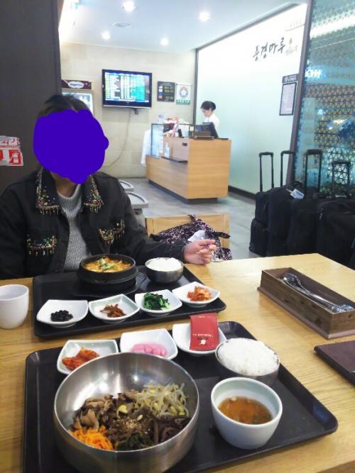 おまけ<br /><br />帰りの空港では、出国ゲートへ向かう前に3階のレストランフロアで朝食をとりました。<br />カフェやファストフードもありましたが、私たちは韓国料理のお店へ。<br />海鮮スンドゥブとビビンバを注文しました。<br /><br />隣のテーブルでは大韓航空の綺麗なCAさん達がチゲを食べていました。<br />(黒いキャリーがぎっしり並んでいるの、分かりますか?)