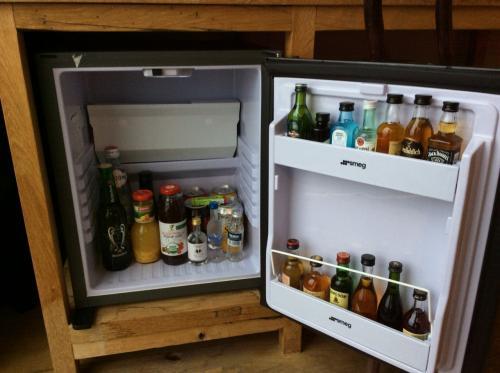 机の下に小さめな冷蔵庫と有料ドリンク