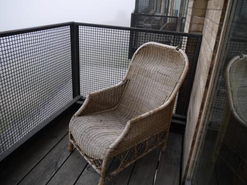 バルコニーには椅子が一つ