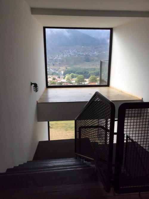 階段の踊り場にも大きな窓があります。天気が良ければ絶景のはず