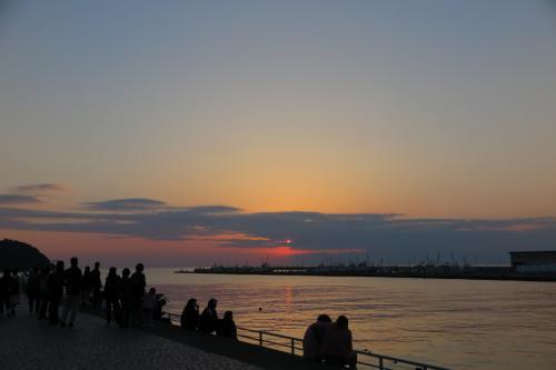 多くの人が夕陽を待ってか、写真を撮っています。<br /><br />けど、このままここで待って暗くなってしまうよりも、もう一つ行ってみたかった場所があります...<br />