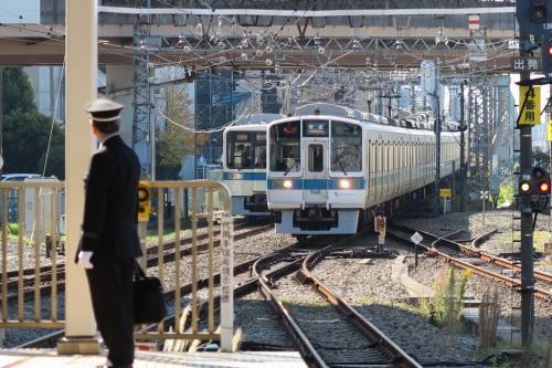 さて、海老名は目的地ではなく、その次のロマンスカーの停車駅の相模大野に来たかったわけですが、VSEのはこね号の停車駅ではなかったので、ふつうの電車に乗り換えて相模大野にやって来ました。<br /><br />大きな駅でびっくり。<br />仕事にはちょっとだけ時間があるので、しばし駅のホームで時間つぶし...<br />
