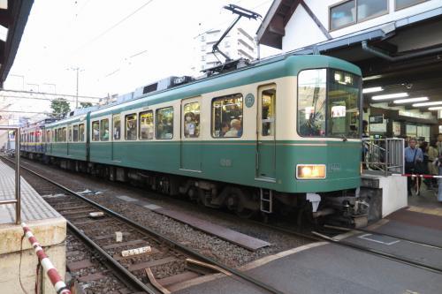 江ノ電の江ノ島駅です。<br /><br />さすが、人が多い!<br />