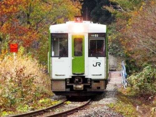 中山平温泉駅から1駅、列車を利用して鳴子温泉へ戻ります。鳴子峡を渡るときはサービスで列車を減速してくれます。