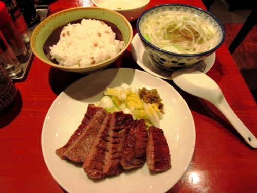 仙台駅に着くと、3Fにある牛たん通りに行き、少し早いですが夕食に牛タン定食を食べることにしました。少しコリコリした食感で、やはり仙台に来たら食べておきたいメニューです。次回は牛タンカレーも食べてみたいです。