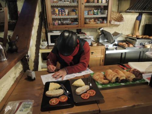 カフェで朝食を食べたら巡礼手帳にスタンプを押し丁寧にサインしてくたれおばちゃん
