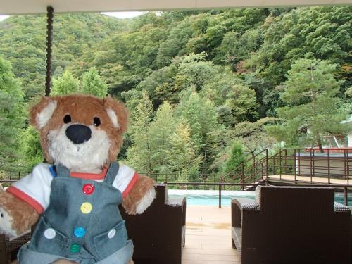 ホテルで朝食後、チェックアウトまでのんびり過ごす。<br />くつろぎサロンからの眺望。