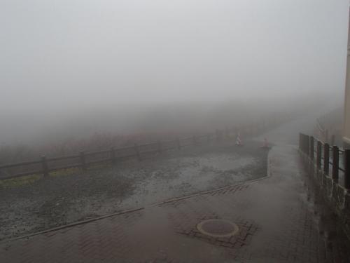 この旅の締めくくりとしてエメラルドグリーンのカルデラ湖お釜を見学するはずが、<br />霧で真っ白。まるで雲の中に居るみたい。