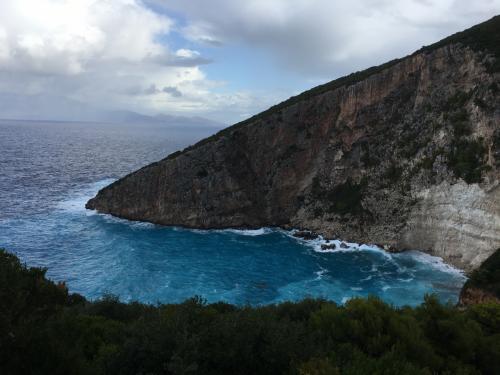 ☆Greece-Zakynthos★<br /><br />「Elation」<br />終着点はElationのビーチ。断崖絶壁に囲まれ、僅かながらビーチになっている断崖絶壁が神々しい。