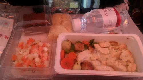 これは復路便だったかな。大人の機内食は基本的に、まあまあ。ってとこでした。