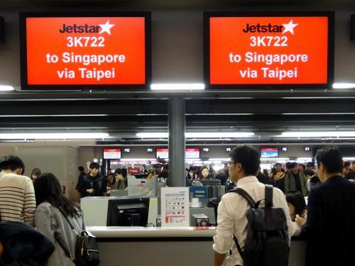 成田では関空までしかチェックインできず、関空で改めて台北行きにチェックイン。<br />あら台北経由シンガポール行きなのね。
