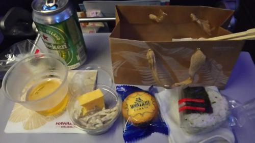 乗ってしばらくしてでてきた夜食。時間はAM1:00くらい。ビールはハワイの地ビールや日本のビール、その他外国のものが選べてGOODです。が、しかし。飯がまずい。夜食でおにぎりとごぼうのサラダ、たまごやきでしたが、サラダ、たまごはコンビニレベル。おにぎりはカッチカチで味がなくコンビニ未満。さすがに残しました。
