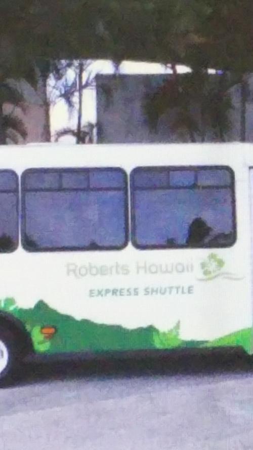 空港からワイキキ、シェラトンまでは予約してたバスで。<br />1人16ドル片道。人数集まってからの出発で20,30分待ったかな。移動時間は40分くらいか。