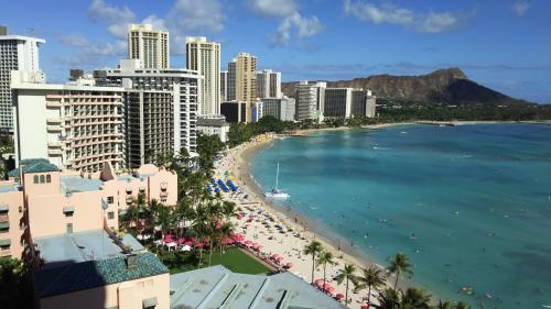 いざ外を見渡すと。。。。<br />こりゃすんばらしい。むちゃくちゃきれいです。奥にダイヤモンドヘッド。手前にワイキキのビーチの湾曲とビル群。青い海。