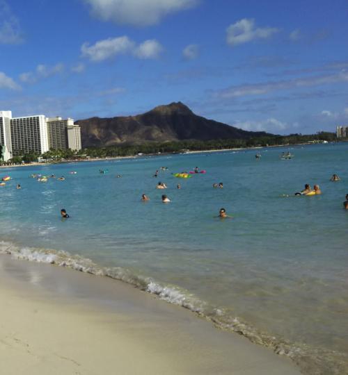 ビーチに降りてきました。みんなぷかぷか。あとでも書きますが、ワイキキビーチ西側(シェラトン、ロイヤルハワイアンらへん)は、やや波が高く砂がまってにごってますね。中央・東側のクヒオのほうがきれい。