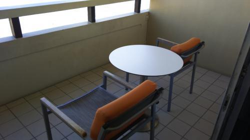 お部屋へ。部屋はまぁよくあるふつーな感じ。こちらはラナイ。(ベランダ)結構広いです。二人座れるようになっており、テーブルもあって飲食できそう。