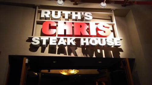 着替えてルースズ クリス ステーキ ハウスへ。ビーチウォークの2Fです。お高めのレストランなので、シャツをきて正装で参りました。18:00予約で、5分くらいまって店内へ。