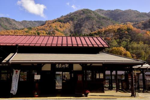 この時期限定の素敵な秋色の風景が広がる奈良井駅にやって来ました
